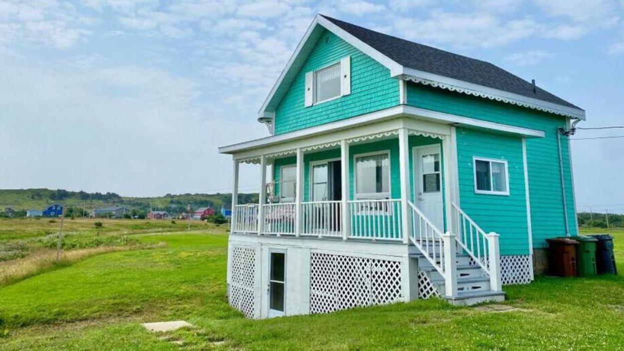 Cette jolie maison à vendre aux Îles-de-la-Madeleine pour 265 000 $ a la mer dans sa cour