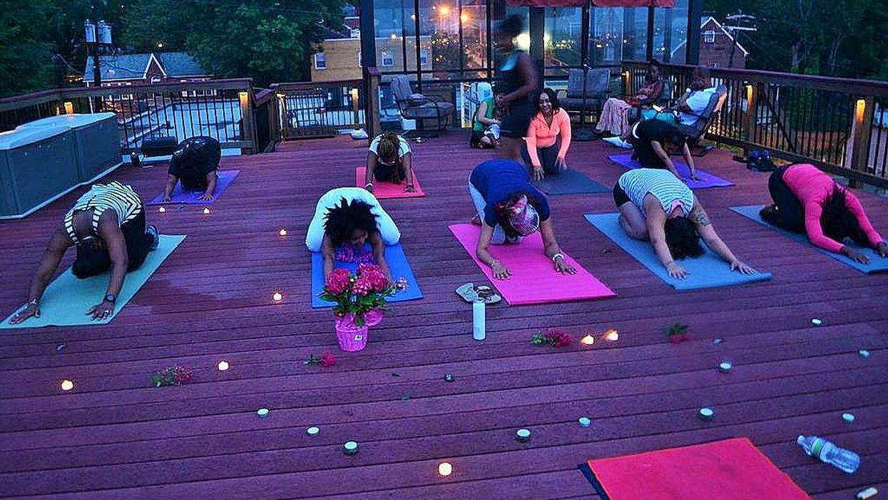 Séance de yoga nocture gratuite au Carré Saint-Louis samedi!