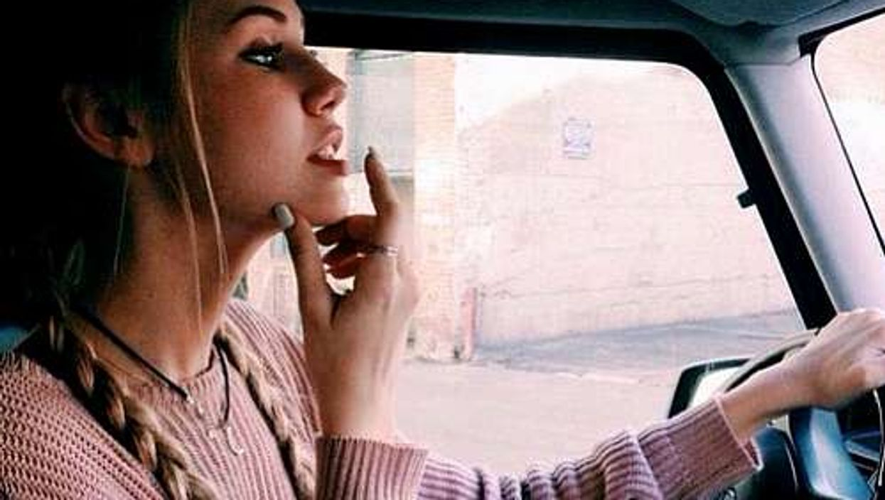 22 pensées qui traversent l'esprit d'une fille quotidiennement