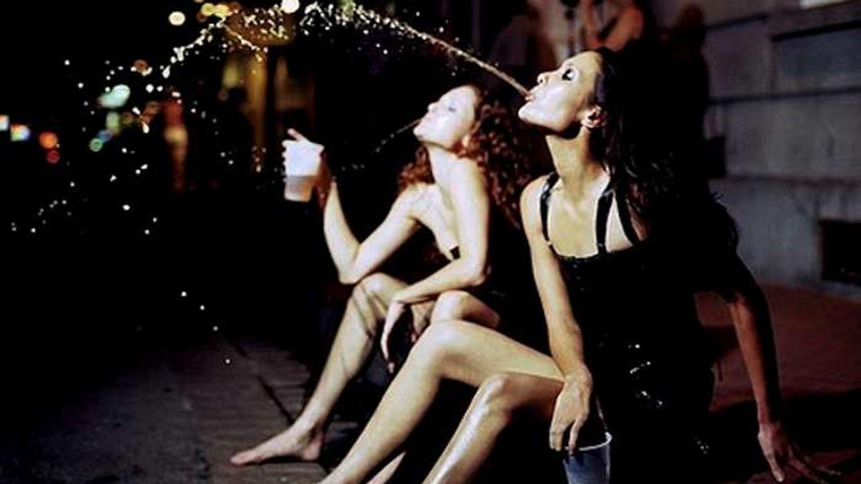 10 erreurs que ta meilleure amie devrait t'empêcher de faire quand tu as trop bu