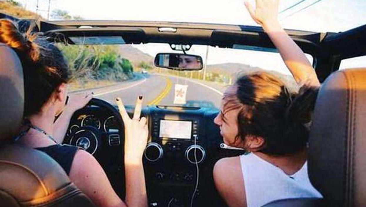 Les amis qui chantent ensemble en voiture seraient plus heureux que les autres