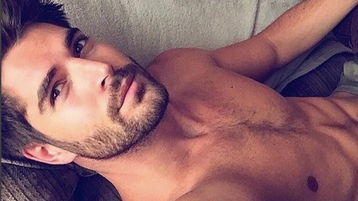 Cette nouvelle tendance d'«hommes chauds dans un lit» sur Instagram te fera baver