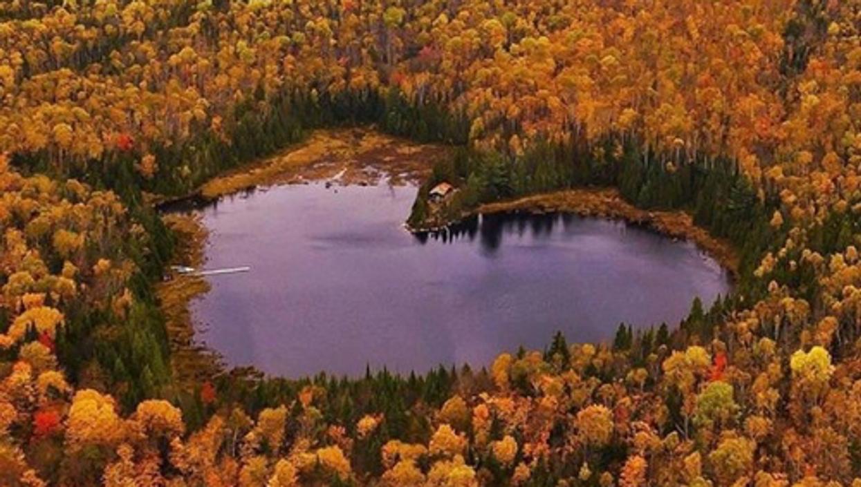 Le lac en forme de coeur à une 1h de Montréal que tu dois aller voir cet automne
