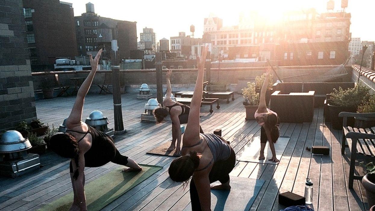 Le rooftop yoga est la nouvelle tendance que tu VEUX essayer à Montréal