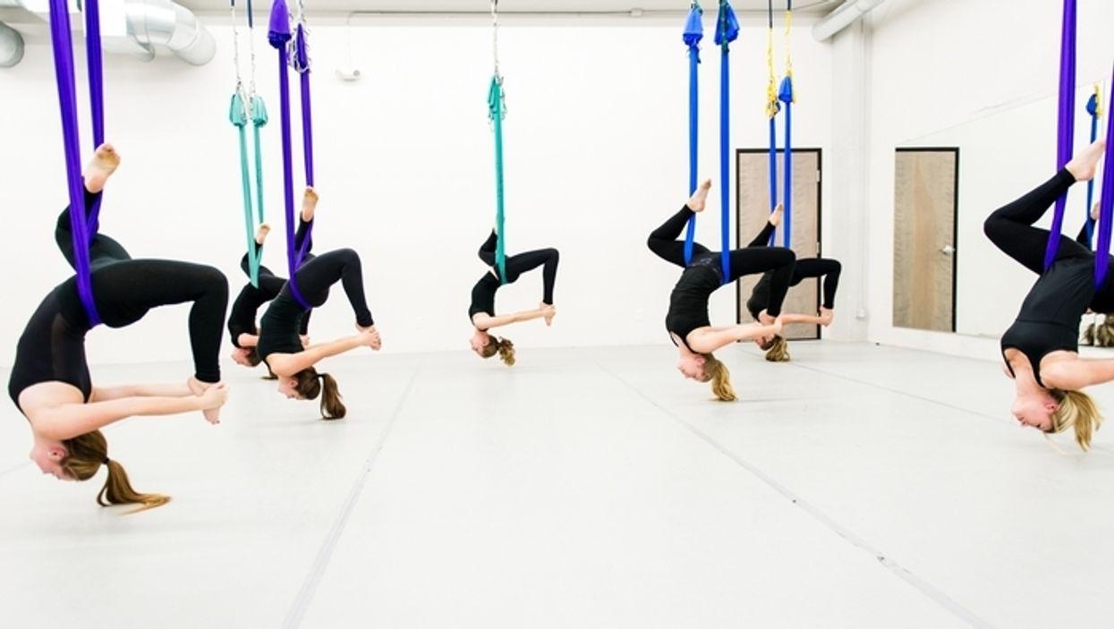 La nouvelle tendance du « flying yoga » est enfin arrivée à Montréal et tu veux absolument l'essayer