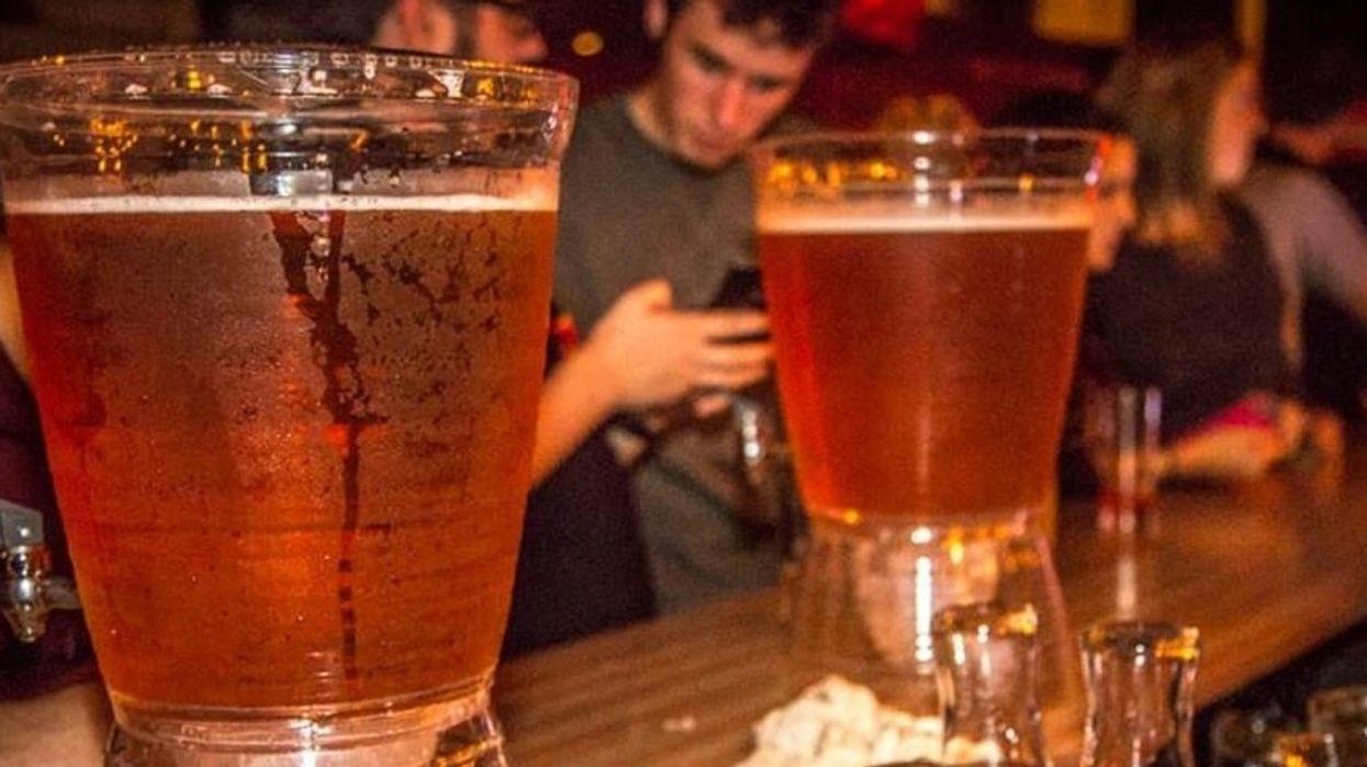 Ce bar de Montréal sert des pichets de 10L de bières et t'es pas game d'y aller