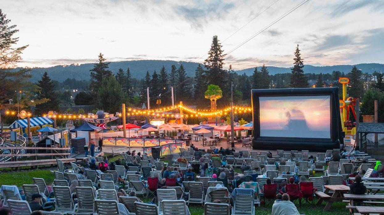 Tu peux aller écouter un film en plein air et faire des manèges ce soir au Sommet Saint-Sauveur