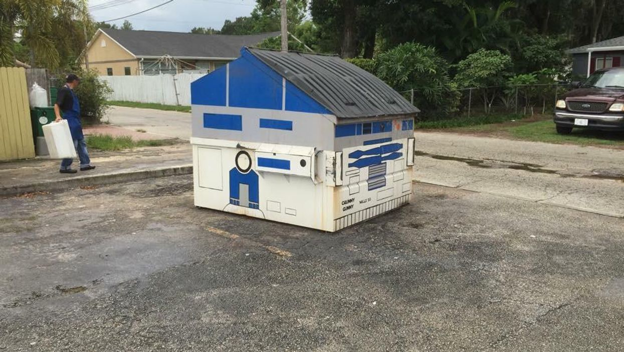 This Mysterious R2D2 Dumpster Appeared In Orlando And The Internet Is Absolutely Obsessed