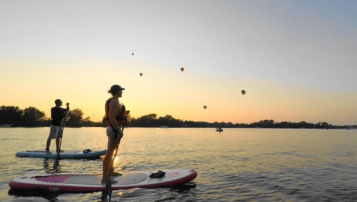 Tu pourras regarder des envolées de montgolfières en paddle board à Saint-Jean-Sur-Richelieu