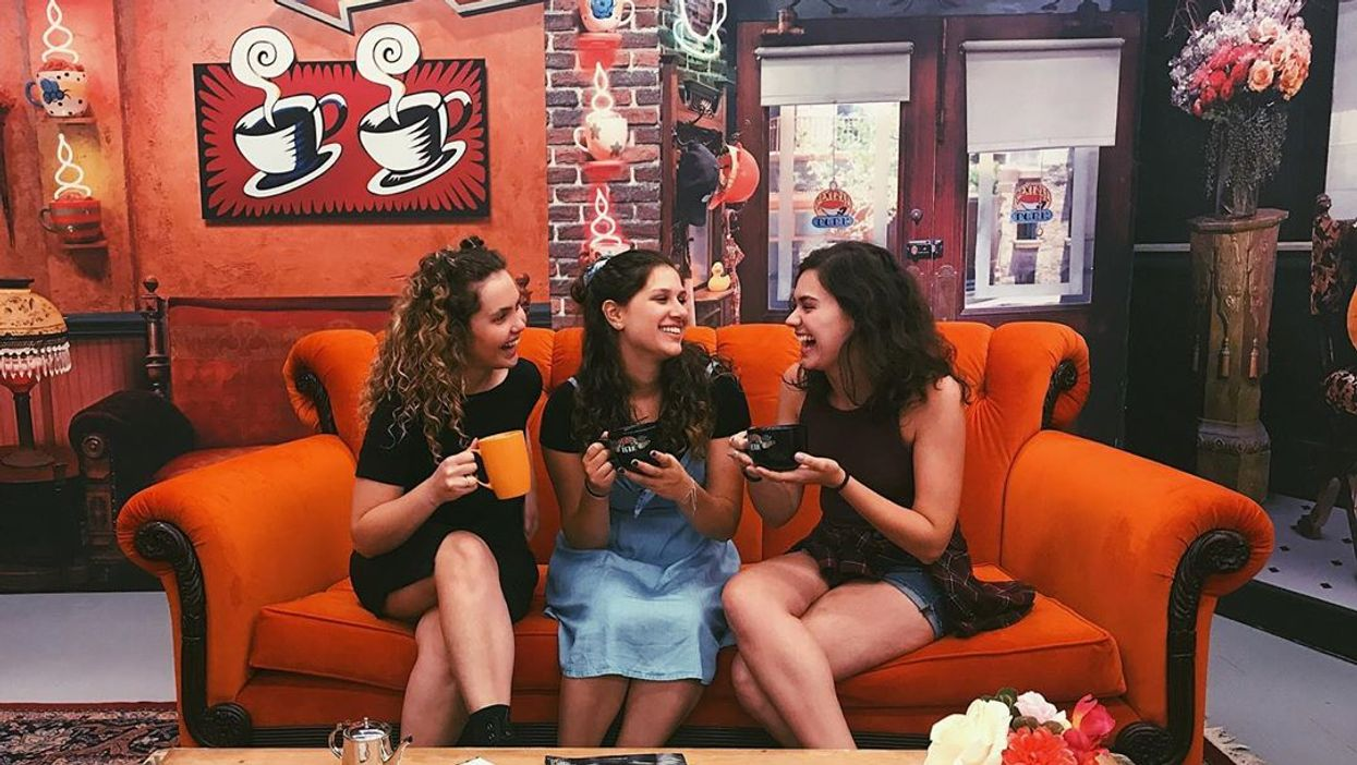 """You Can Finally Take Pics On That Iconic """"Friends"""" Couch Right Here In Dallas This Month"""