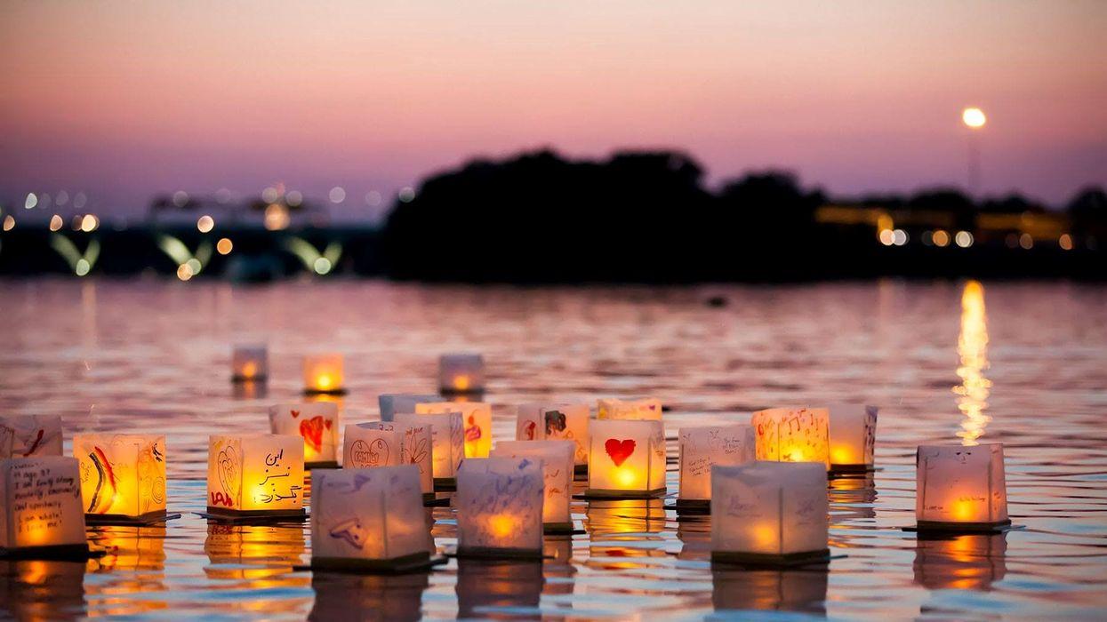 Il y a un festival de lanternes trop romantique sur l'eau près de Montréal ce mois-ci
