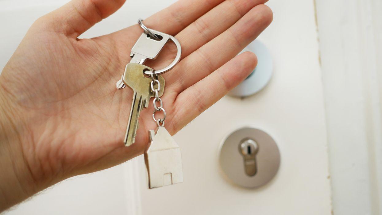 Keys in hand, 01668-CHB, NarCan
