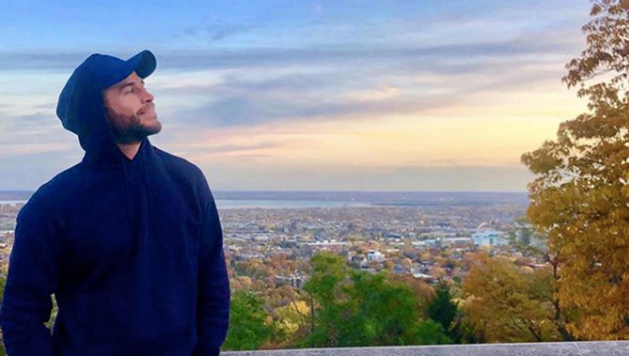 Liam Hemsworth aperçu à Montréal et l'air frais semble bien lui aller