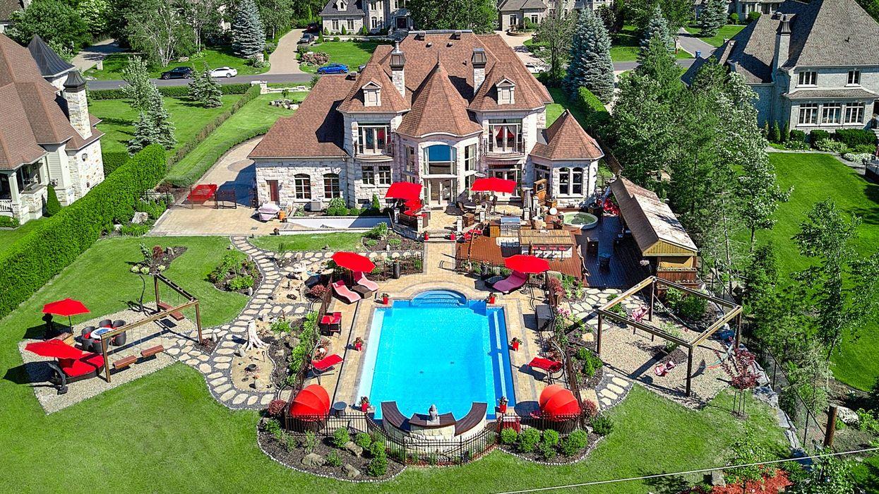 Cette maison à Boucherville est parfaite pour organiser le « pool party » ultime