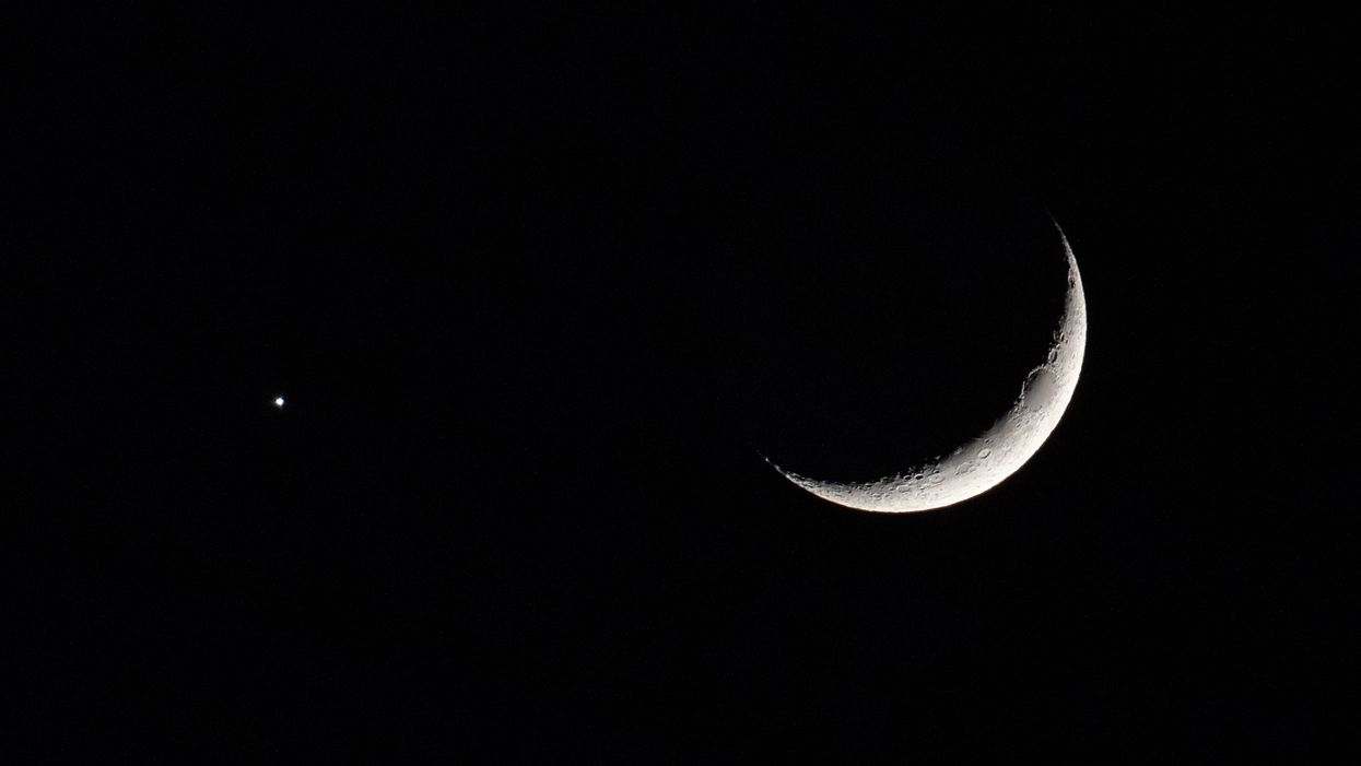 You Can Watch The Moon & Venus Swap Places In The Sky This Week From Canada