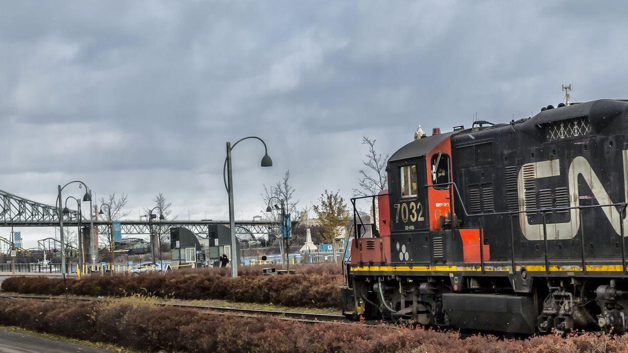 Une voie ferrée bloquée par des manifestants dans le sud-ouest de Montréal