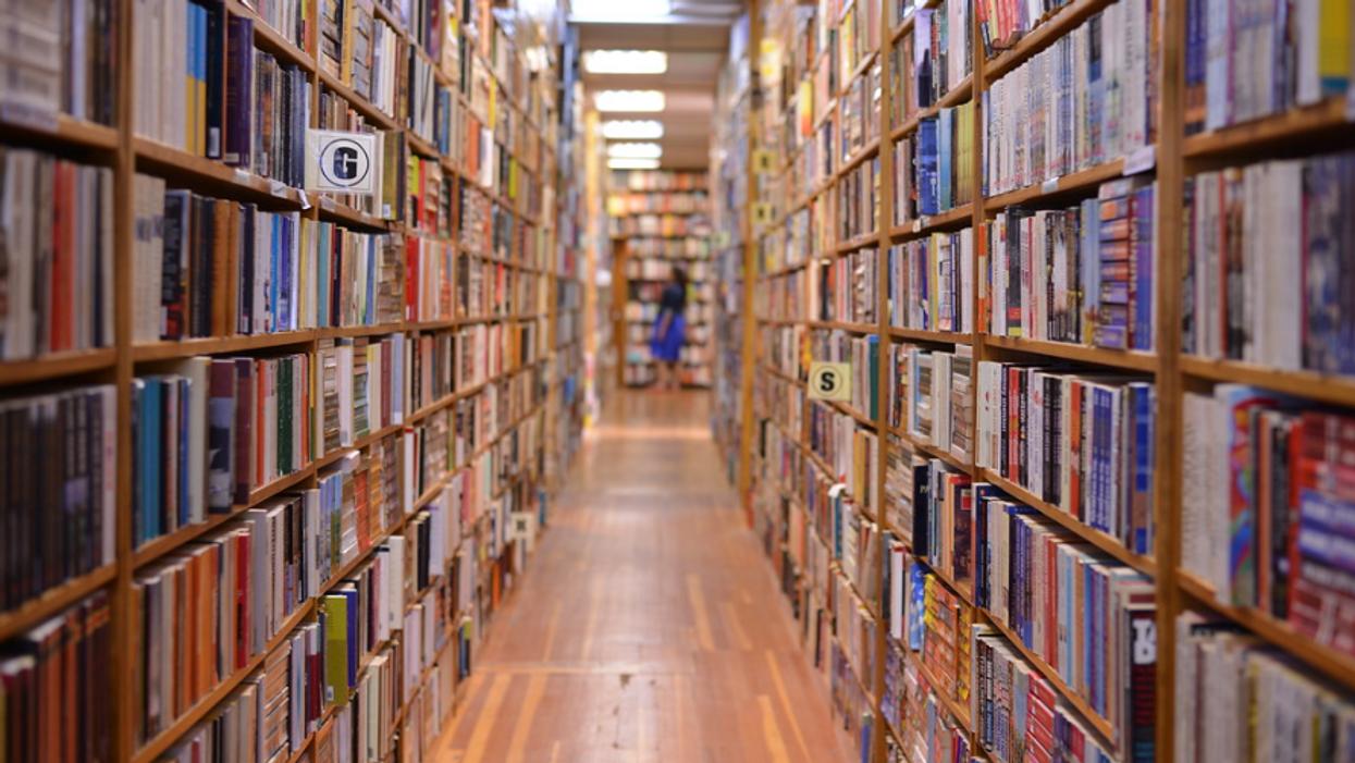 Une personne dans une bibliothèque