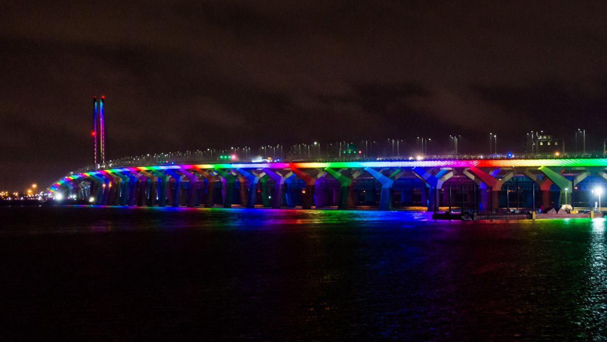 Le pont Champlain s'illumine aux couleurs de l'arc-en-ciel et c'est magnifique (PHOTOS)