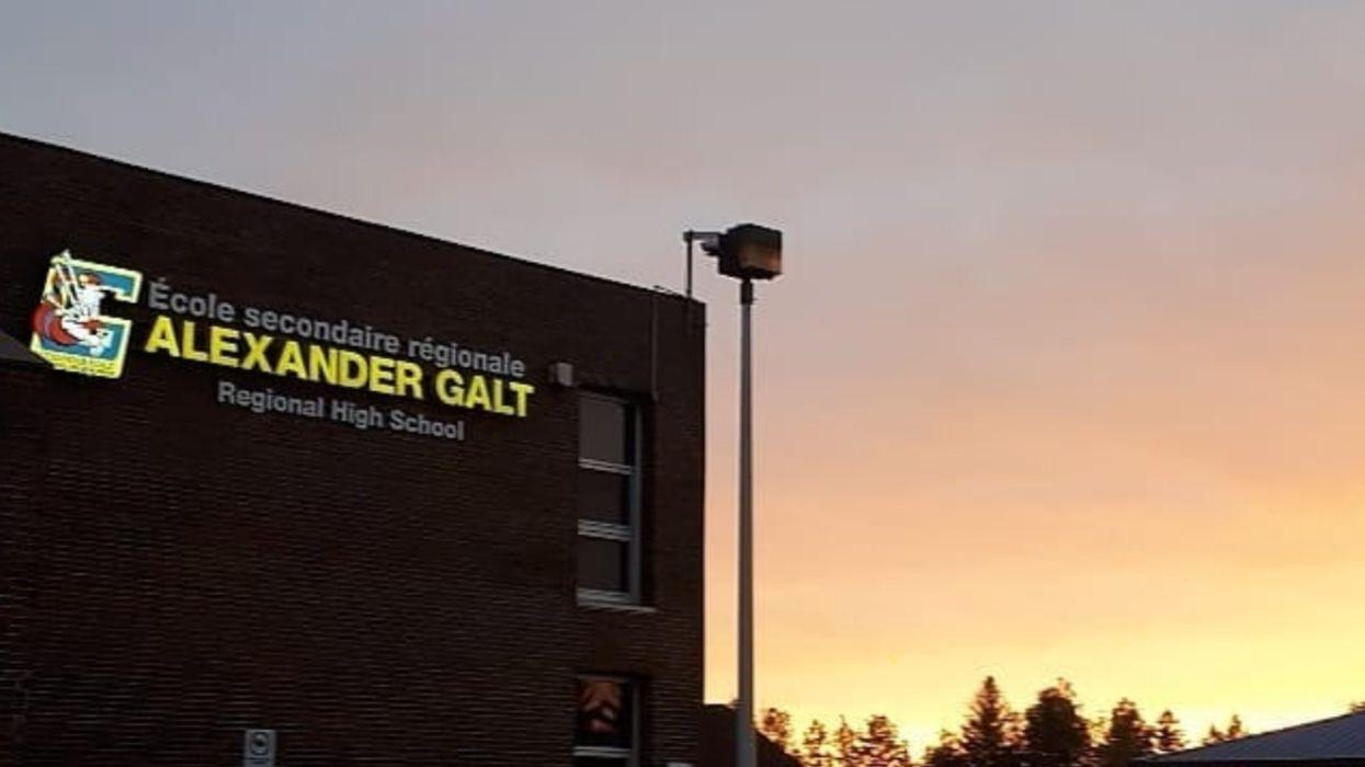 Une école secondaire à Sherbrooke installe une haie d'honneur pour ses finissants