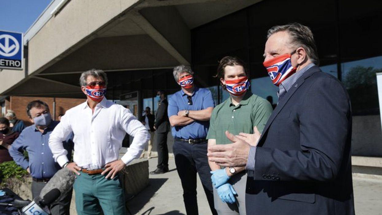 François Legault distribue des masques à Montréal avec des joueurs du Canadien