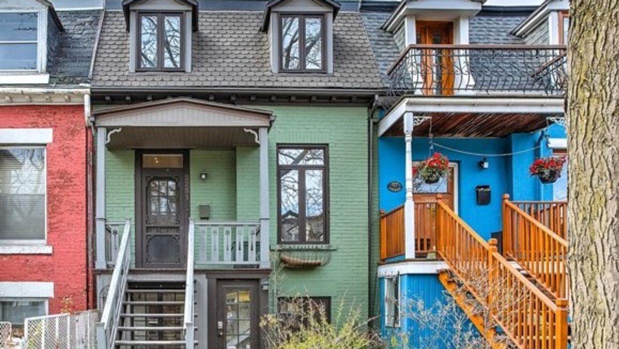 Cette maison à Montréal a l'air minuscule mais l'intérieur est étonnement spacieux