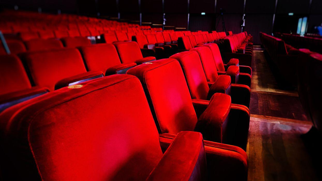 Tu ne pourras plus t'assoir à côté de ta « date » dans les cinémas du Québec