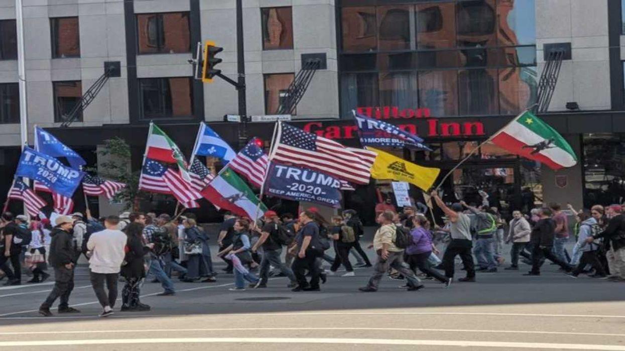 Une manifestation anti-masque a eu lieu hier à Montréal avec des drapeaux « Trump 2020 »