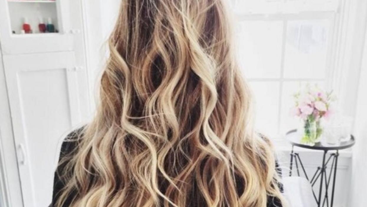 J'ai testé 5 méthodes faciles pour boucler les cheveux sans chaleur et voici le résultat