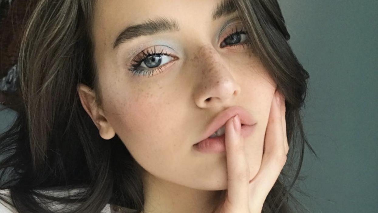 Version 2017: comment faire le maquillage bleu poudre des années 2000