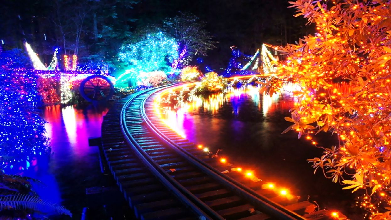 You Can Ride A Christmas Train Through A Park Of Over 3 Million Lights In Canada