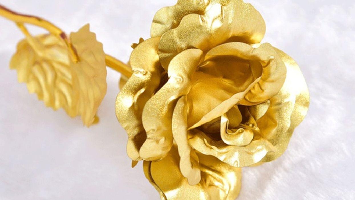 Cette rose éternelle en or 24K est le cadeau le plus romantique que tu puises offrir
