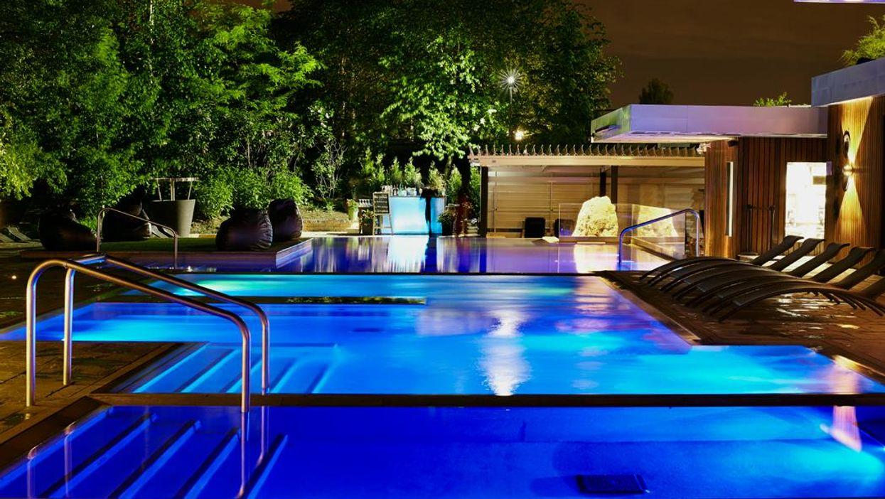 Tu peux profiter d'un spa nocturne avec DJ au Bota Bota ce vendredi