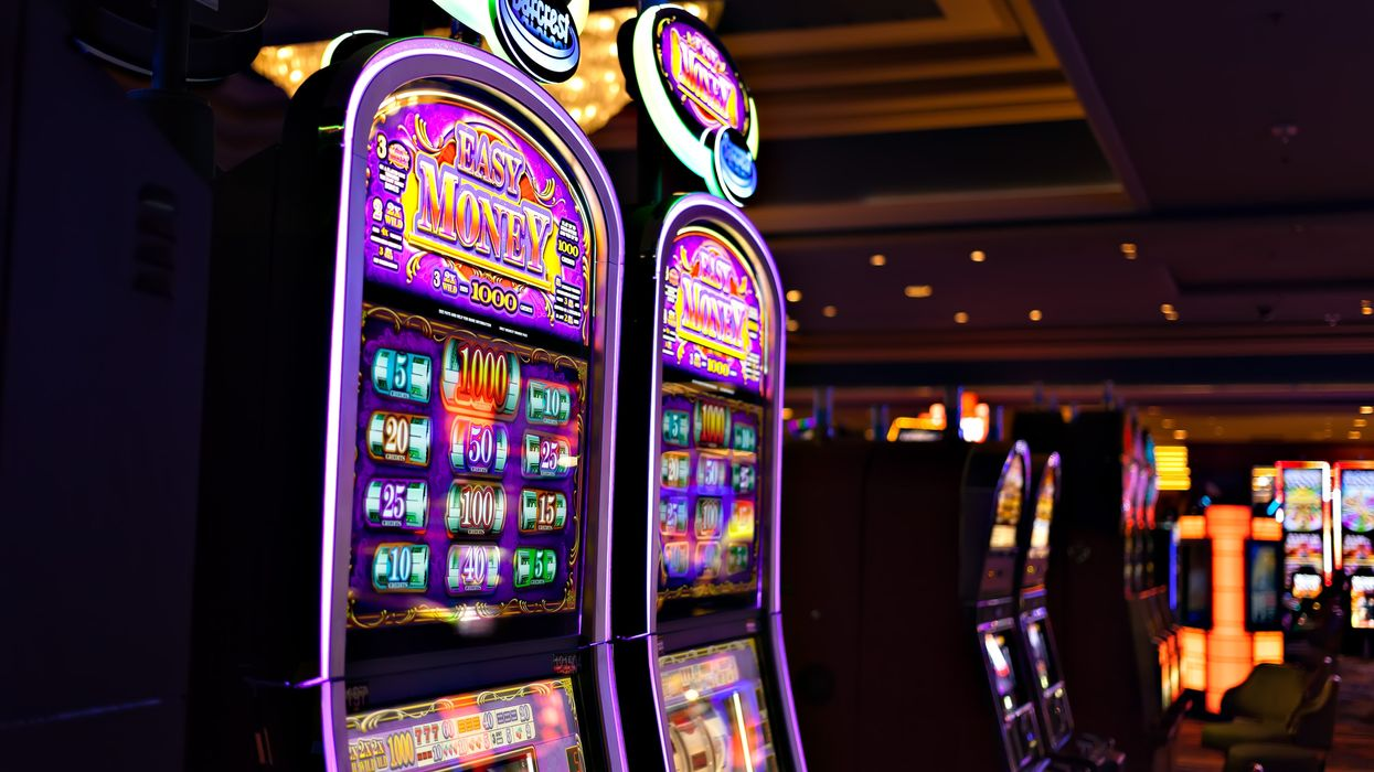 A Quebec Woman Called 911 After Losing All Her Money At An Ontario Casino And The Story Is Hilarious