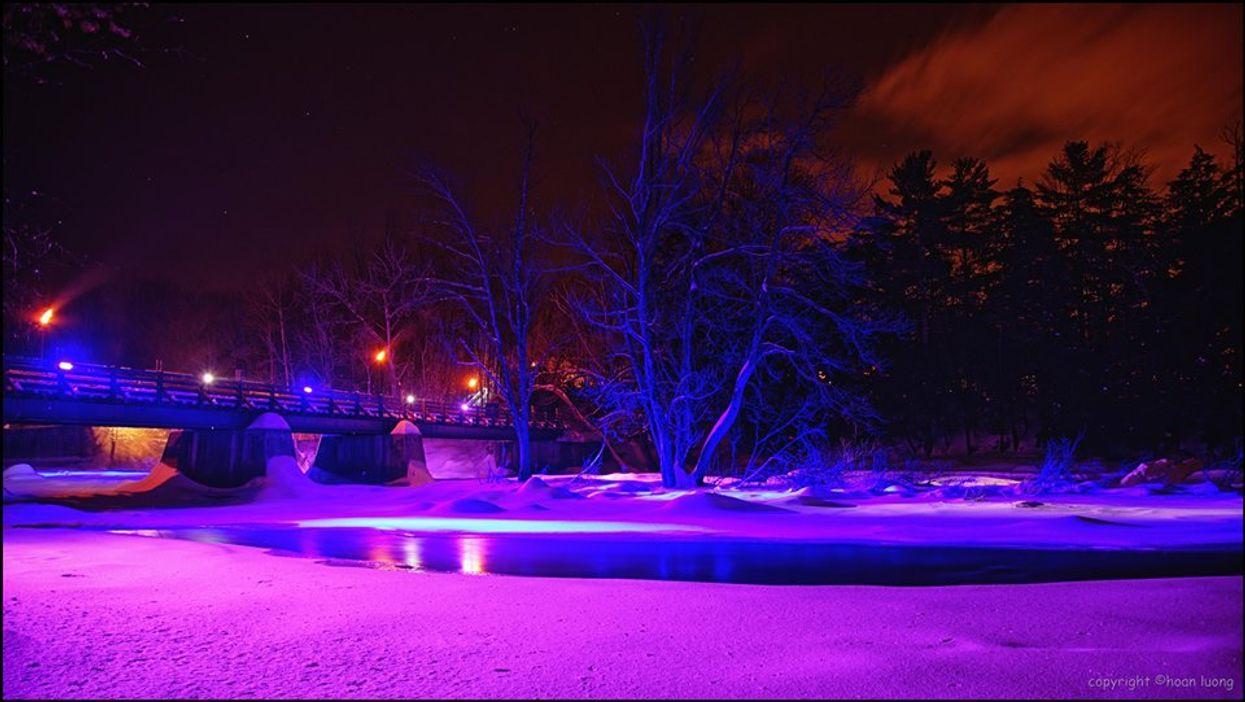 Tu peux faire de la randonnée nocturne dans ce sentier illuminé près de Montréal