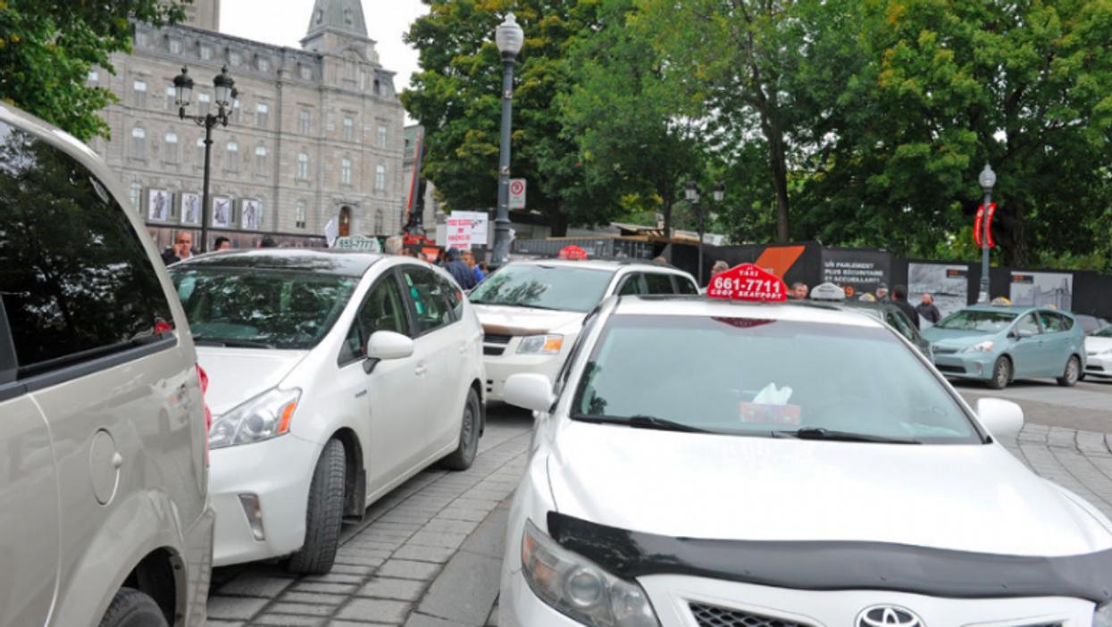 La grève des chauffeurs de taxis du Québec a été suspendue après qu'un homme se soit mutilé en direct à la télé