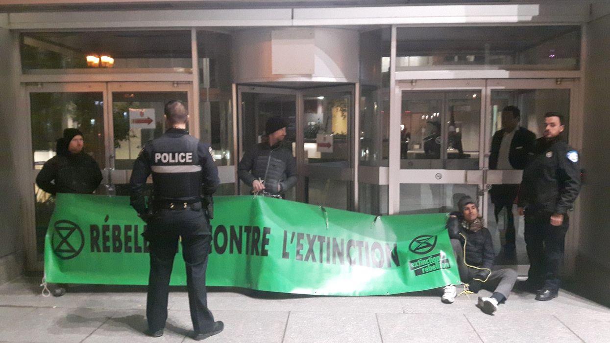 Des militants se sont enchaînés pendant 3 heures devant les bureaux de François Legault à Montréal