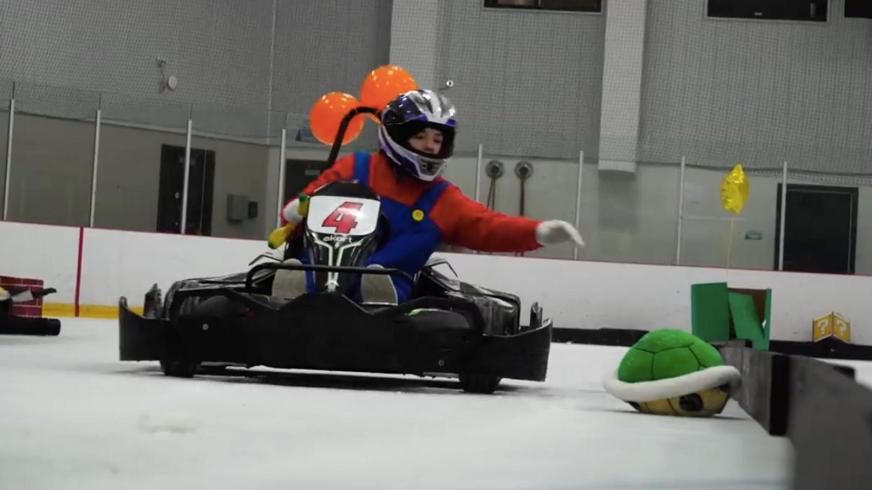 Tu peux maintenant faire des courses « Mario Kart » sur glace à Montréal et c'est complètement FOU