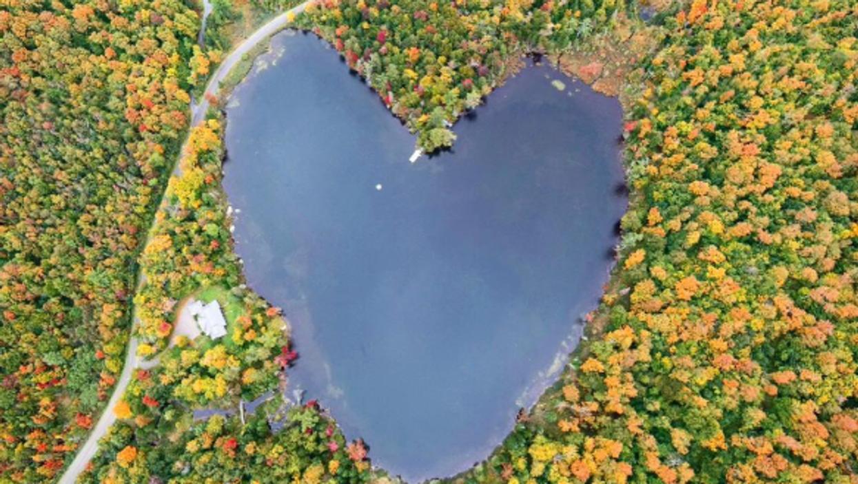 Il existe un lac en forme de coeur à seulement 1h30 de Montréal et c'est ultra romantique