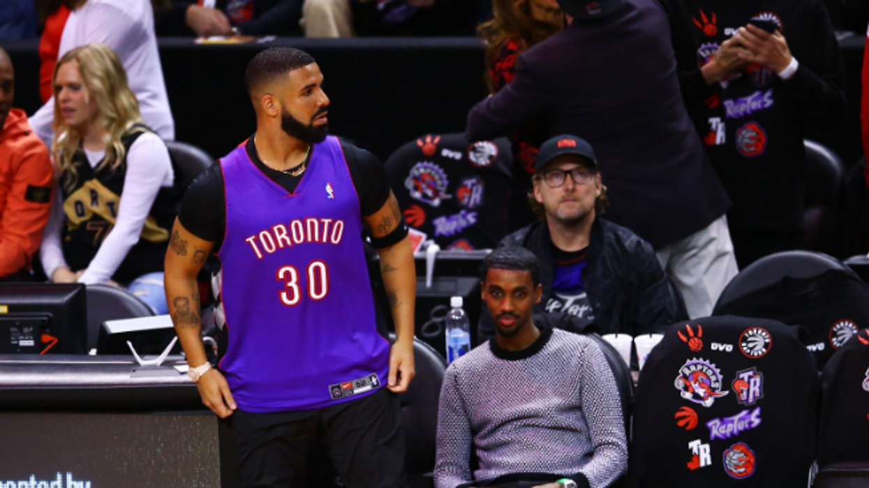 Drake Threw Shade At Steph Curry By Wearing His Father's Old School Raptors Jersey Tonight (PHOTOS)