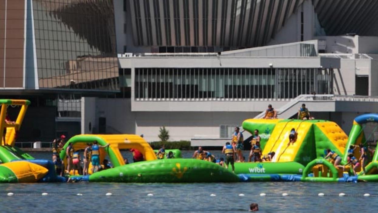 Un géant jeu gonflable sur l'eau de 30 à 35 mètres de haut est installé à Montréal pour l'été