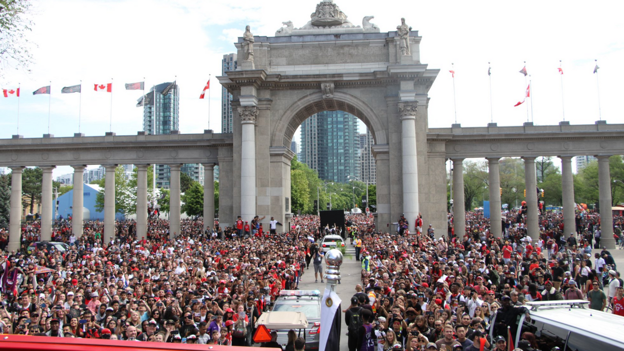 Raptors Parade Stops Toronto Highway Traffic As Drivers Get Out Of Their Cars To Watch (VIDEOS)