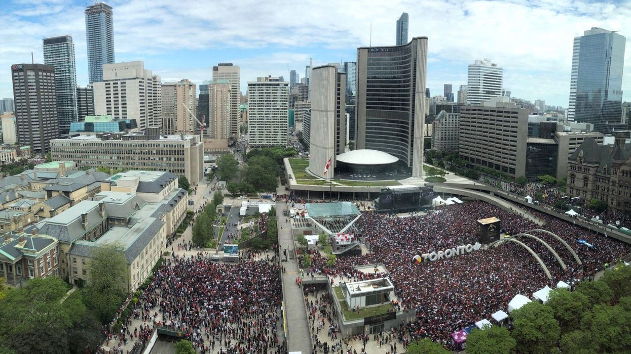 """Toronto Malls And Offices In """"Lockdown"""" & Crowds In Panic Following Shooting During Raptors Parade Today (VIDEOS)"""