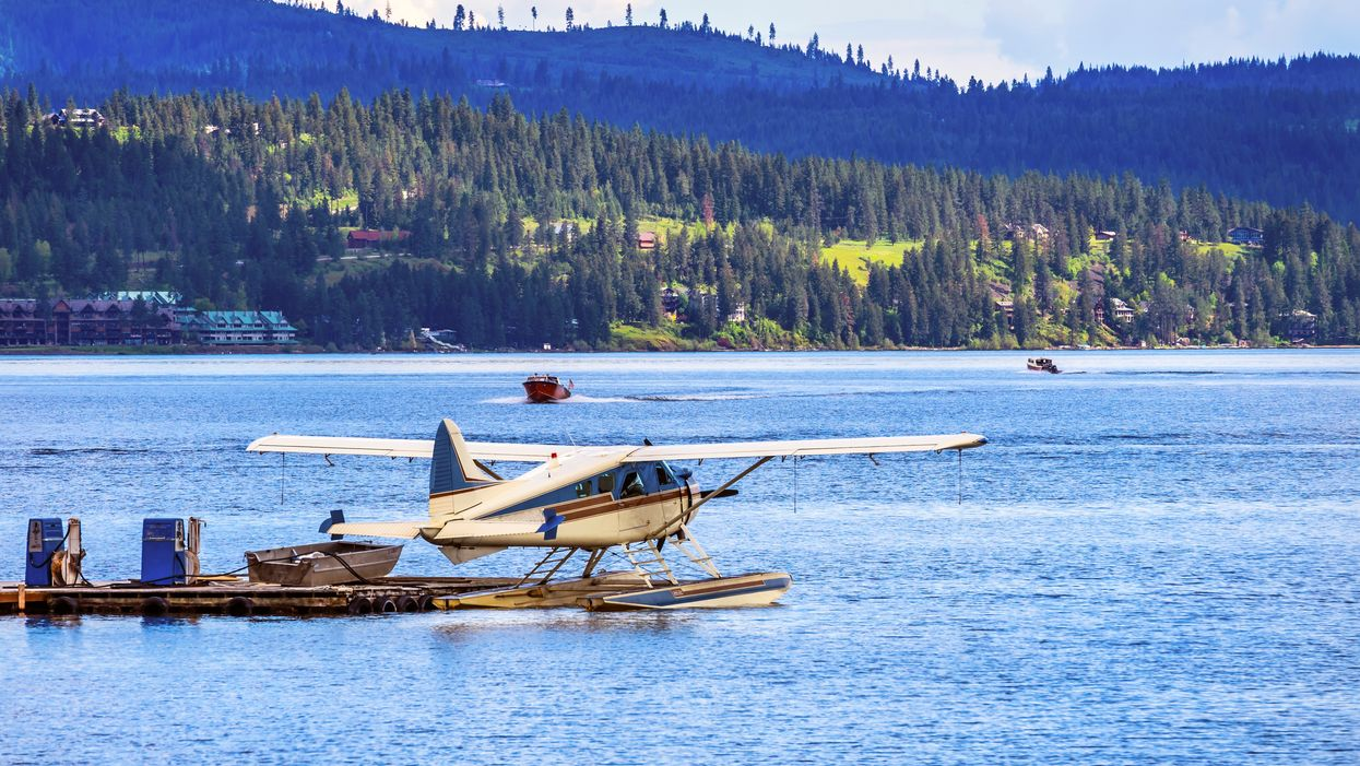 A Plane Crashed Into A Lake In Canada & Flipped Upside Down But Passengers Managed To Survive (VIDEOS)