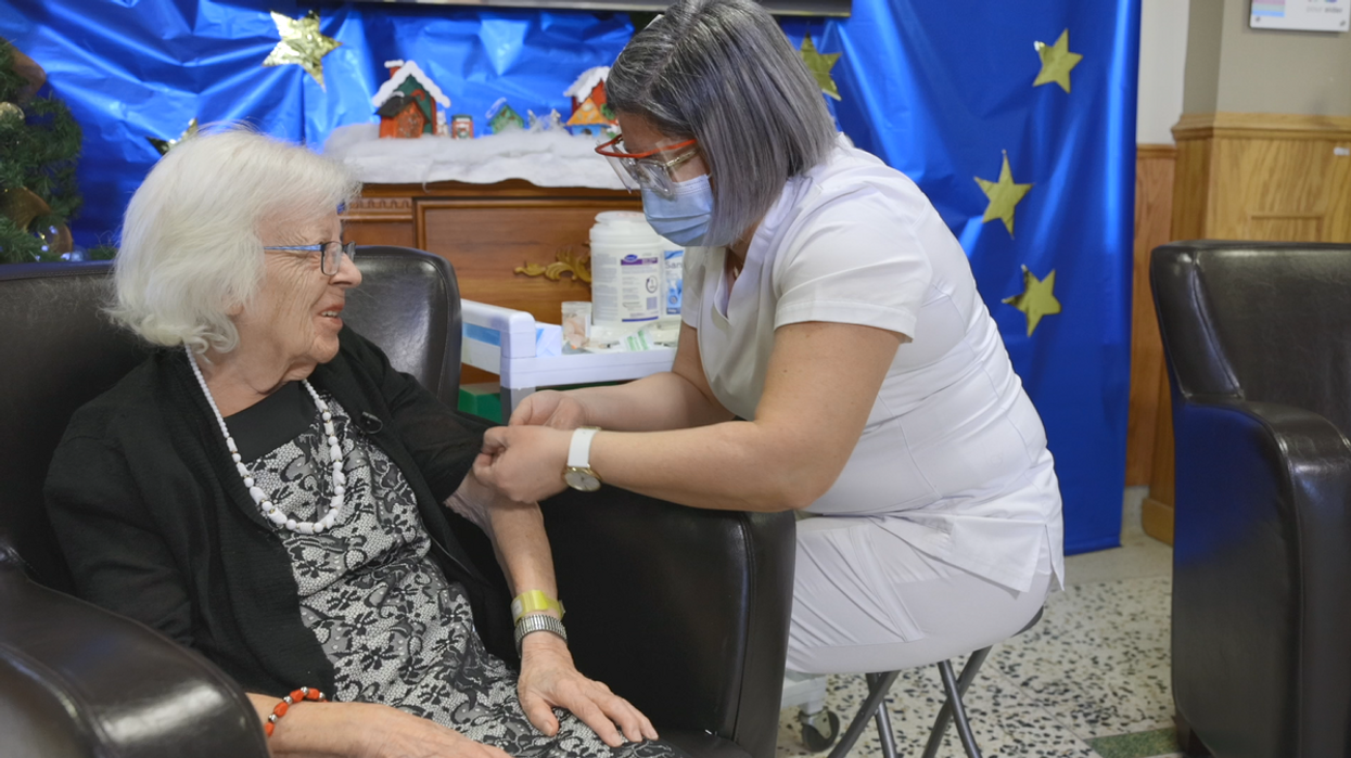 Vaccin contre la COVID-19: Voici la première Québécoise à le recevoir