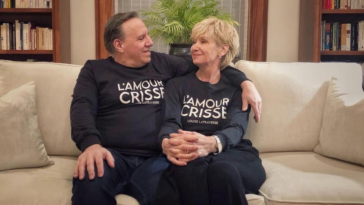 François Legault et sa femme portent un chandail « L'amour Crisse »et ça fait réagir