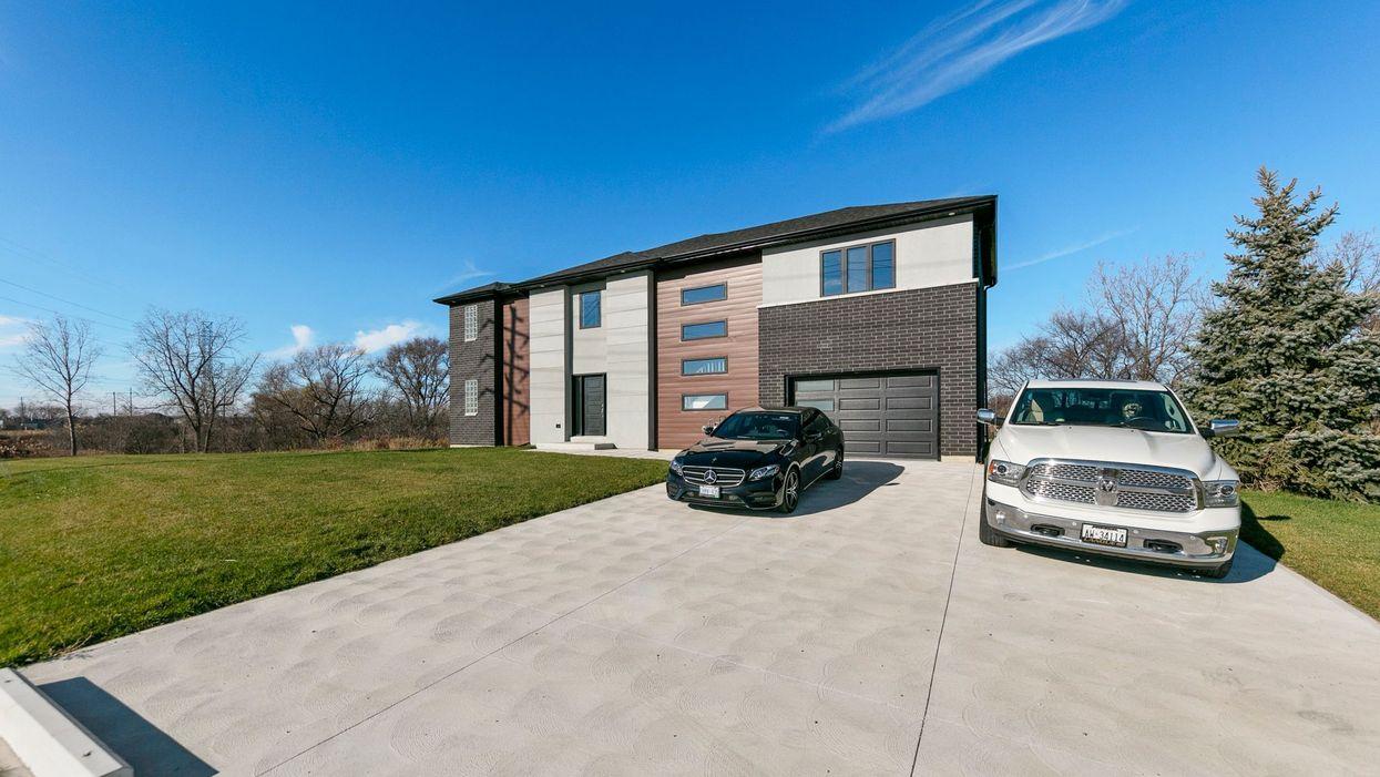 This Box Home In Ontario Is Under $650K & Looks So Glamorous Inside (PHOTOS)