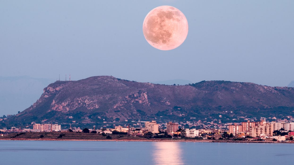 """A Breathtaking Full """"Flower Moon"""" Will Light Up Skies Across Canada Next Month"""