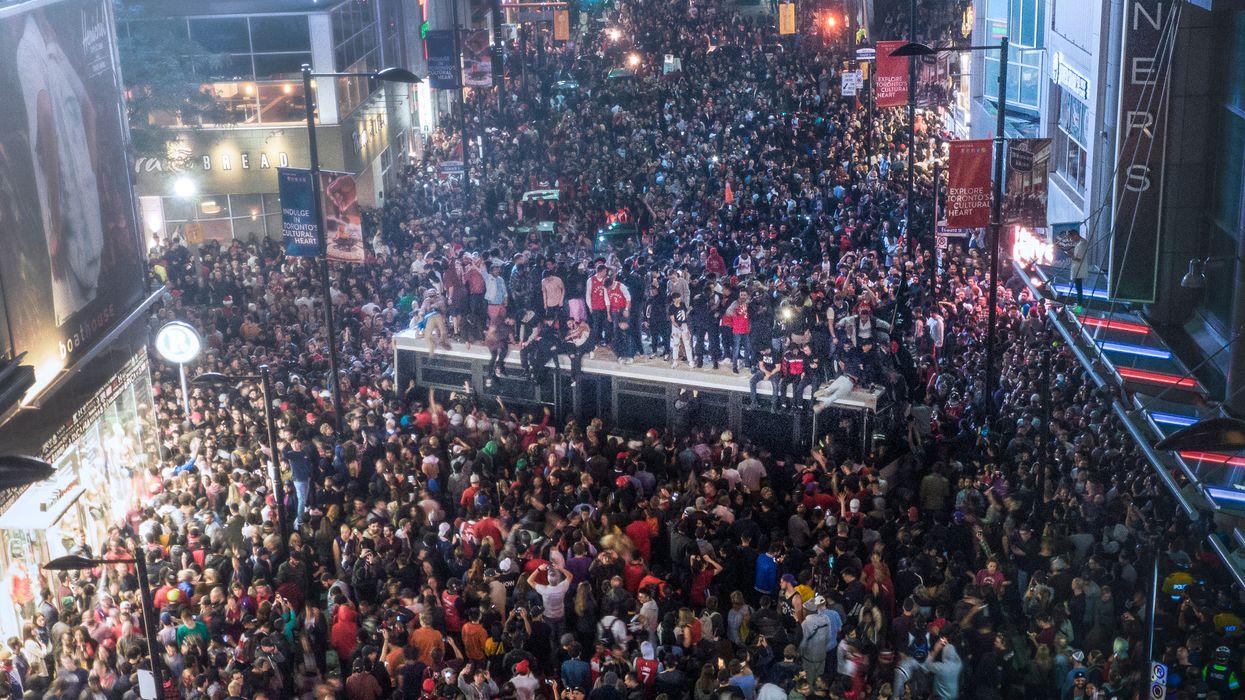 Émeute à Toronto: Les fans des Raptors ont célébré toute la nuit et ça a dérapé (VIDÉOS)