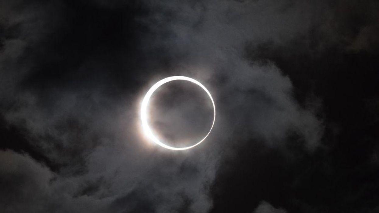 Une rare éclipse solaire aura lieu ce mois-ci au Québec et tu ne veux pas manquer ça