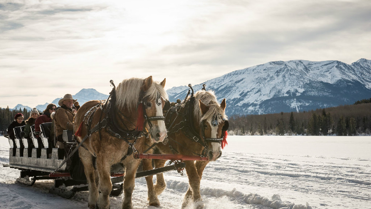 This 40-Minute Sleigh Ride In Alberta Takes You Across A Magical Frozen Lake